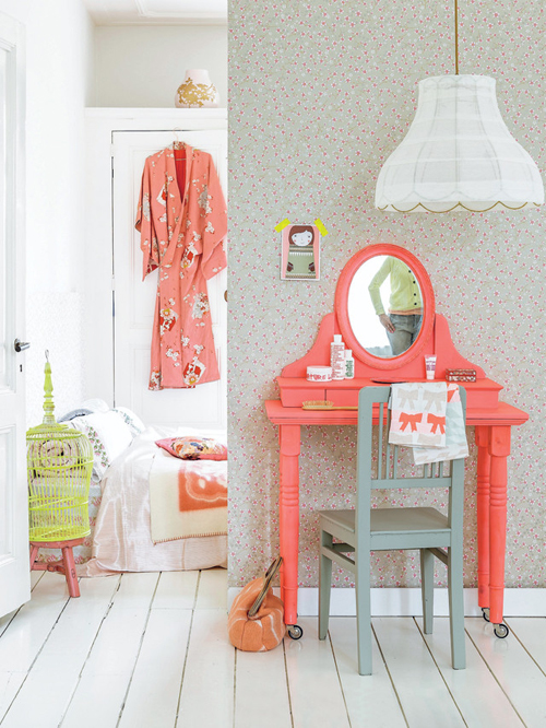 Bright+Coral+and+Mint+Bedroom+Dressing+Table+on+Wheels+DIY+From+101+Woonideeen+Magazine Dressing Table on Wheels DIY From 101 Woonideeen Magazine