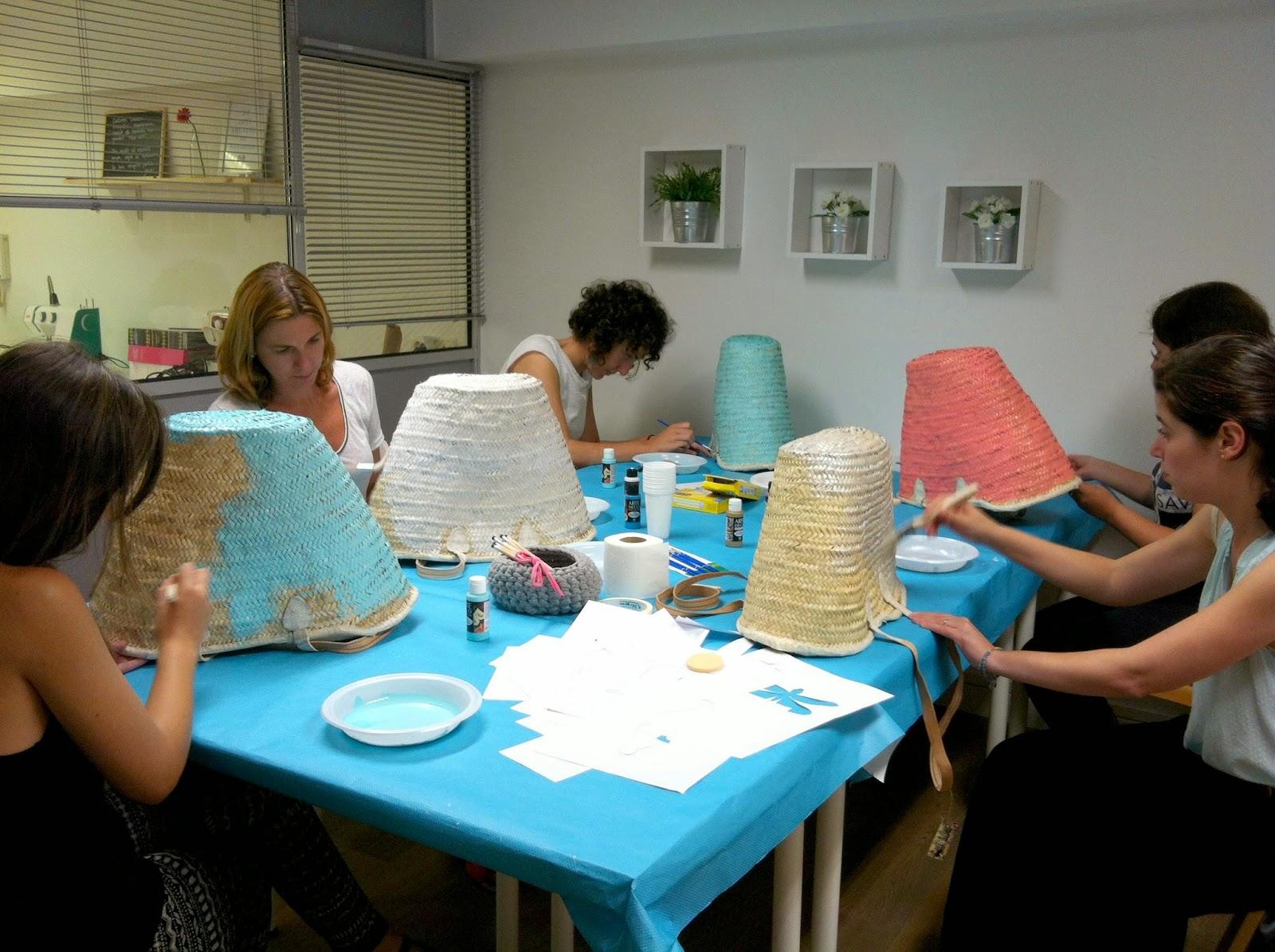 Chicas creando capazos pintados en Donostia
