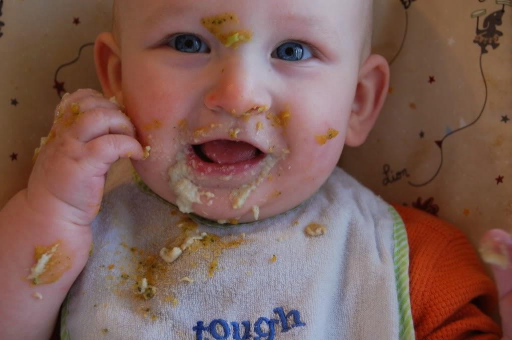 Foto bayi latihan makan sendiri