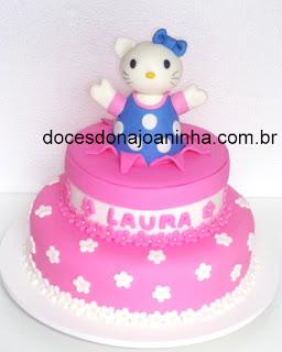 Hello Kitty bolo decorado em rosa com bolinhas brancas