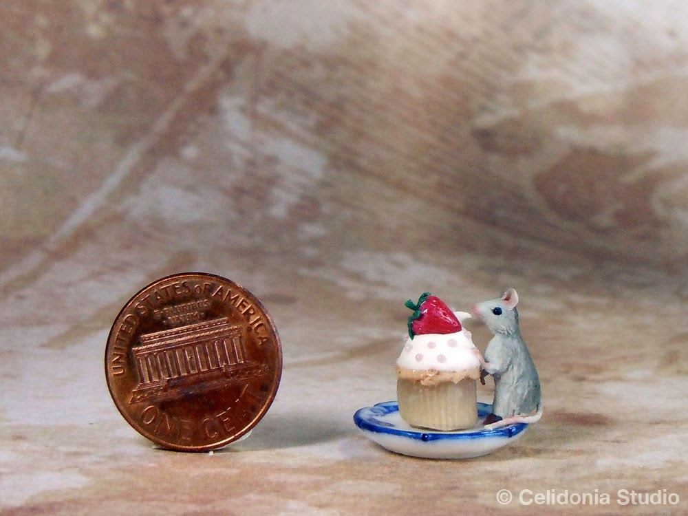 Mouse in 1/12 scale sculpted in polymer clay by Celidonia