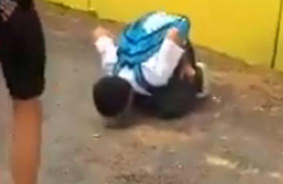 Pelajar dipaksa menjilat jalan dan menyalak seperti anjing