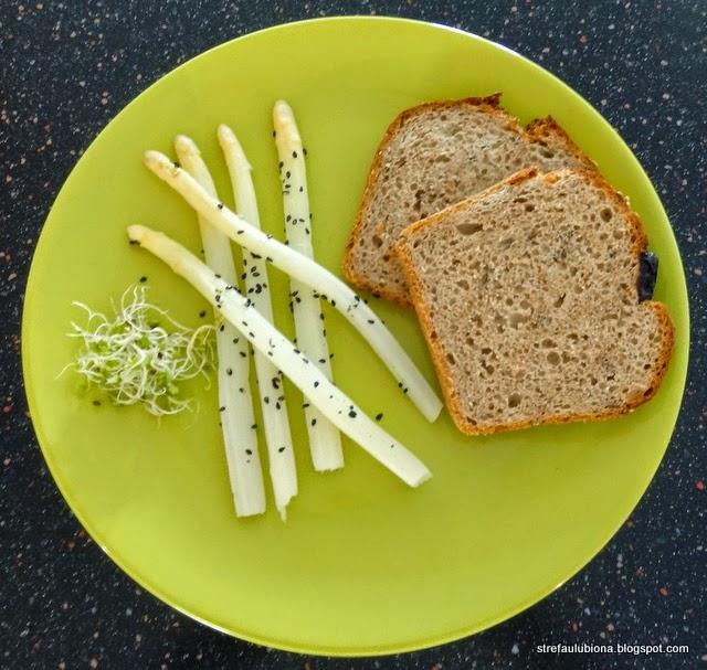 http://strefaulubiona.blogspot.com/2014/05/ciemny-tost-szparagi-i-sezam-3-skadniki.html