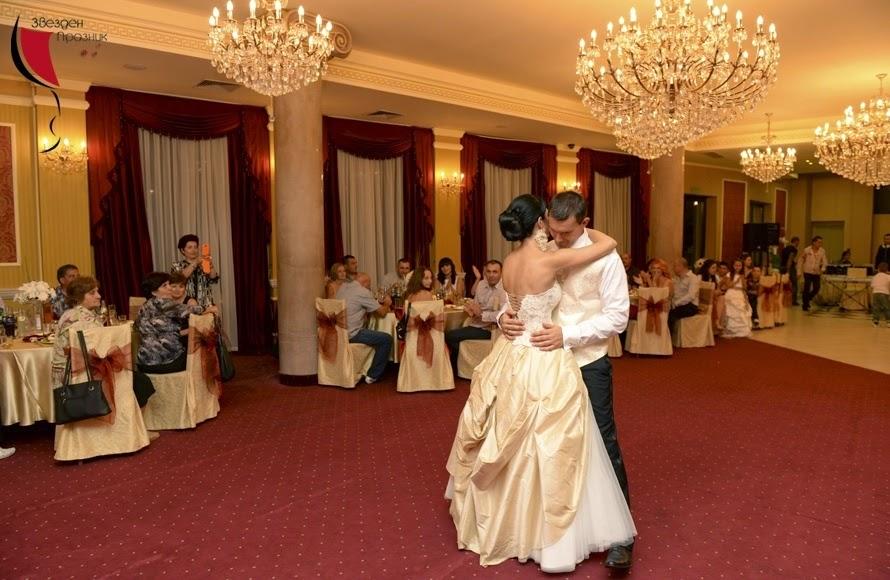 Младоженци първи сватбен танц