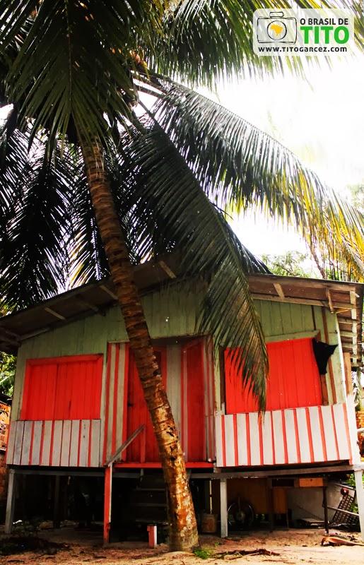 Cabana de madeira na praia do Vai-Quem-Quer, na ilha de Cotijuba, no Pará