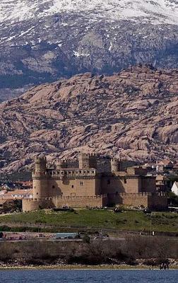 O castelo fica na montanha esperando os mouros