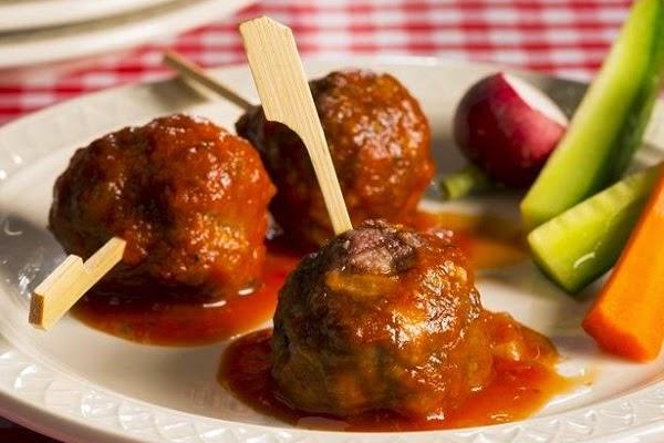 طريقة عمل كرات اللحم المفروم بالفلفل الحار والصلصة
