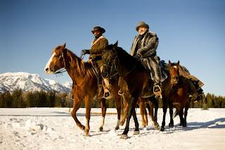 El doctor King Schultz y Django cabalgando durante el invierno