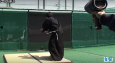 Σαμουράι κόβει στα δύο μπαλάκι του τένις σε κλάσματα δευτερολέπτου