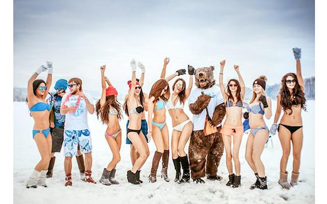 Девушки в купальниках привлекают туристов на белоснежные пляжи Сибири!