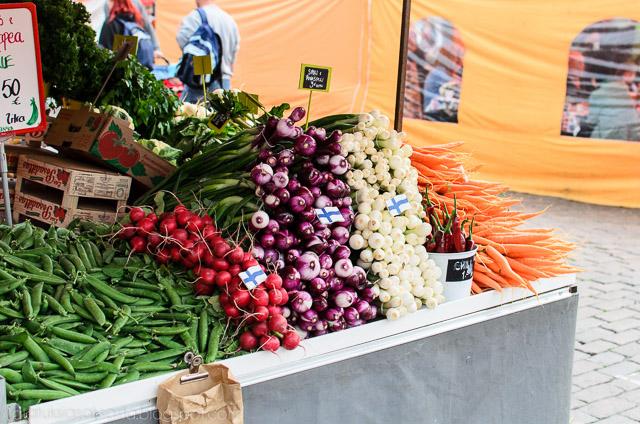 Vihanneksia kauppatorilla Helsingissä