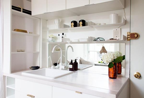 Tủ đựng đồ cùng màu với tường sẽ tạo cho không gian căn hộ nhỏ có vẻ dễ thở hơn