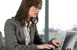 نصائح للمرأة العاملة للتوفيق بين العمل والمنزل - امرأة تعمل العمل عمل - woman work