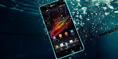 Pilih smartphone yang bisa tahan di dalam air