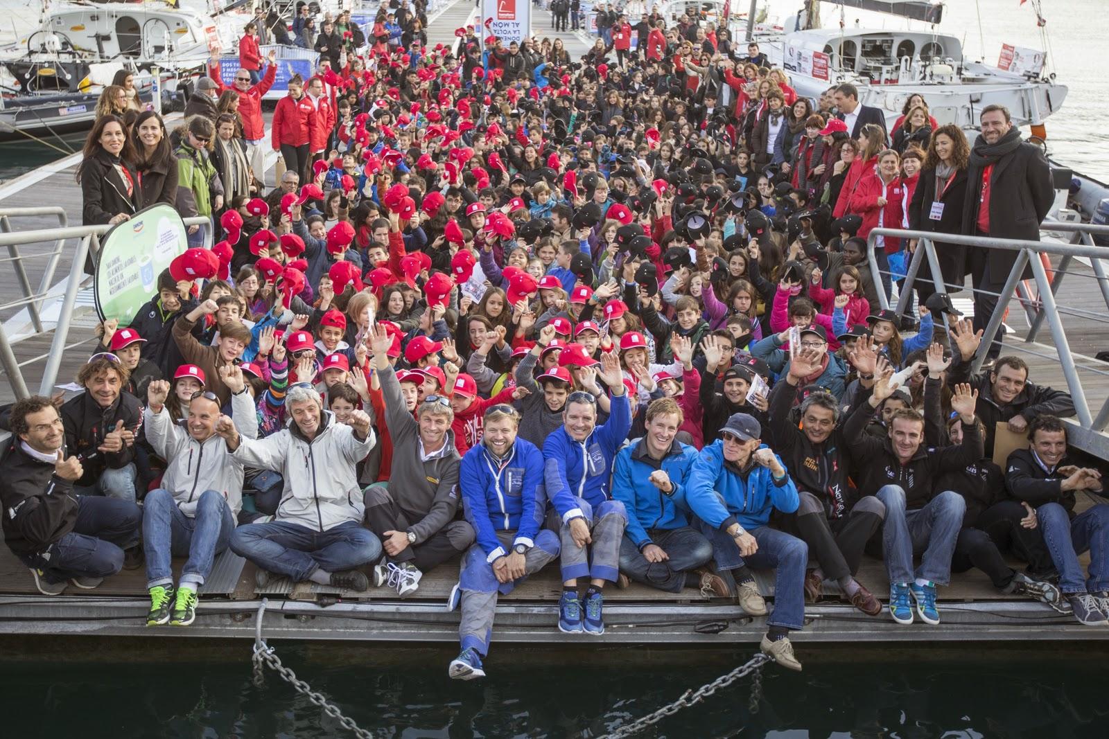 Les skippers de la Barcelona World Race 2014 et tous leurs petits supporters !