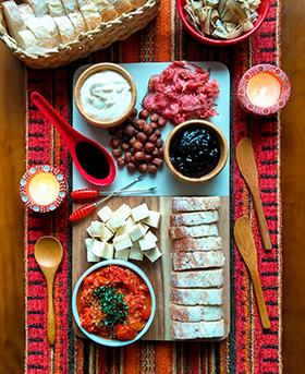 Uma tábua improvisada com confit de tomatinhos e outras gostosuras