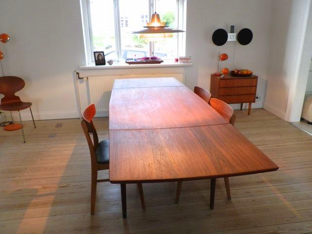 Retro furniture: teaktræ spisebord med hollandsk udtræk
