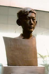 遇罗克雕像作者: 郑敏, 北京宋庄美术馆 。
