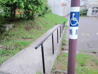 写真:駐車場から病棟へ向かう通路