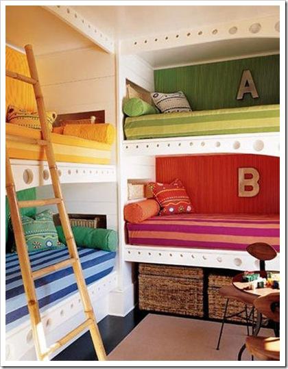 cuatro camas en un dormitorio dormitorio para 4