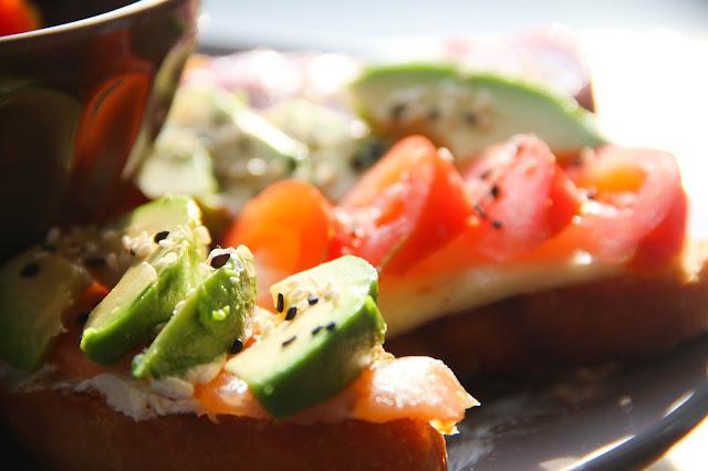 Tartine tomate mozzarella, tartine saumon et avocat