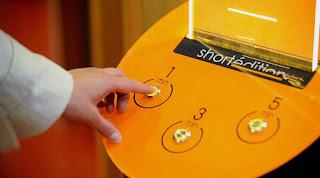 http://lacriaturacreativa.com/2015/11/maquinas-expendedoras-de-relatos-cortos-para-leer-mientras-esperas-al-bus/