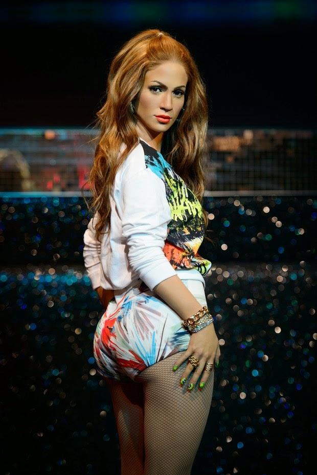 Jennifer Lopez aparece em clima de Copa do Mundo em estátua de cera