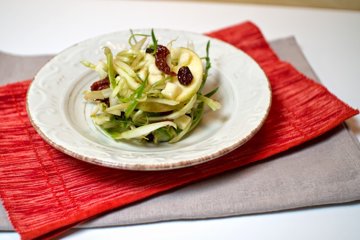 insalata di puntarelle con pomodori secchi, mele stayman, mirtilli rossi e pecorino fresco