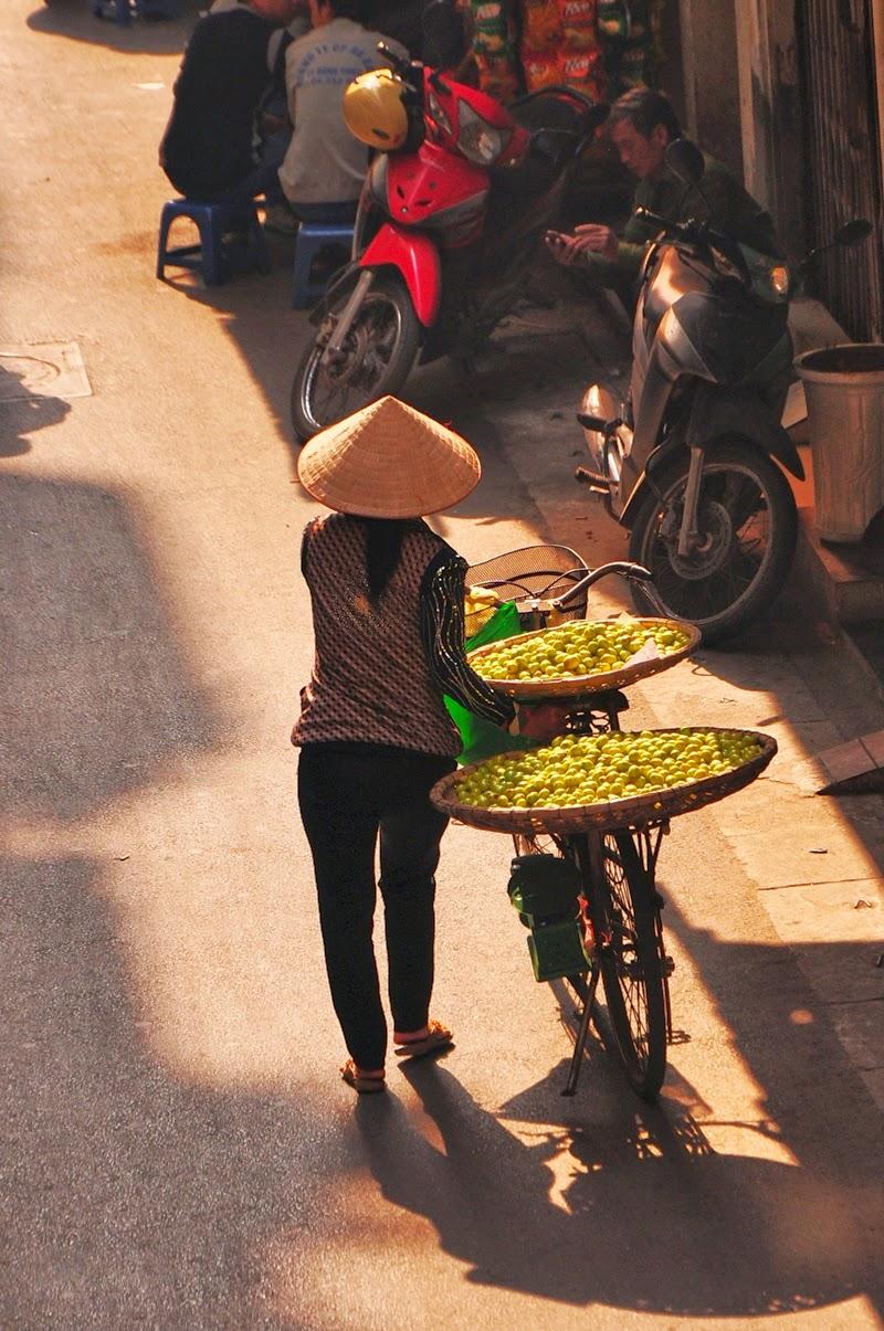 Strassenverkäuferin mit traditionellen Reishut, Hanoi