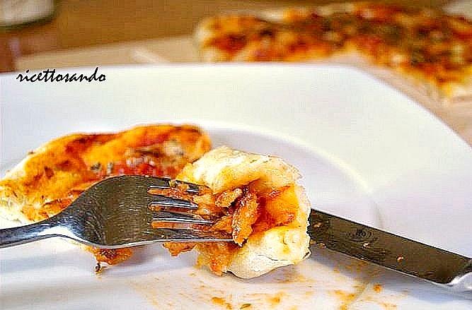 pizza fatta in casa con lievito madre cotta nel forno di casa