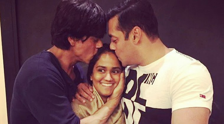 Salman Khan and Shah Rukh Khan kiss sister Arpita Khan image
