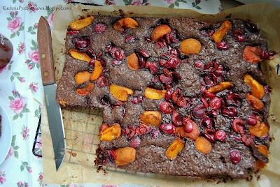 339. Ciasto czekoladowe z czereśniami i morelami