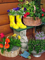 Саксии с цветя от детски гумени ботушки
