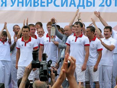 Ильшат Гафуров держит капсулу с огнем Универсиады 2013