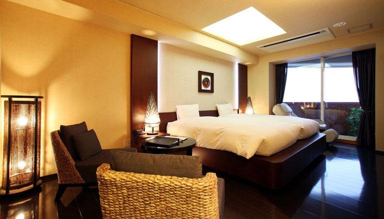 ツインルーム、2間タイプのお部屋になります。海一望のフローリング洋室と琉球畳が和の寛ぎを演出する和室の2間続きの大変使い勝手の良いお部屋です。