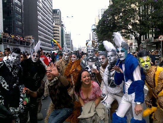 Fantasiados de gatos, grupo tira foto com participantes da Parada LGBT de São Paulo, na avenida Paulista (Foto: Cristina Moreno de Castro)