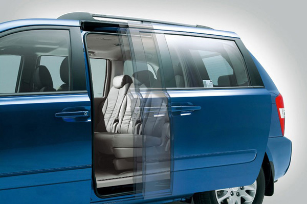 Kia Carnival - Portas laterais traseiras deslizantes que possuem acionamento elétrico, com sensores de segurança sensíveis à pressão