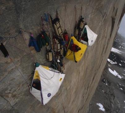 альпинисты в палатке