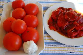 plat vegan aux poivrons grillés, pignons de pin, raisins secs, huile d'olive, tomates