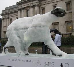 """""""Ursul de gheaţă din Londra"""" în Trafalgar Square, decembrie 2009"""