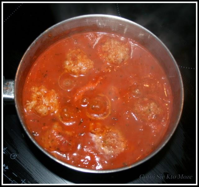 Gotujący się sos z klopsikami.