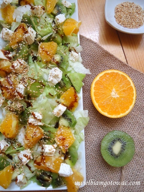 Surówka z sałatą, pomarańczą, kiwi i fetą
