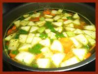 Todos os ingredientes na panela para sopa de legumes