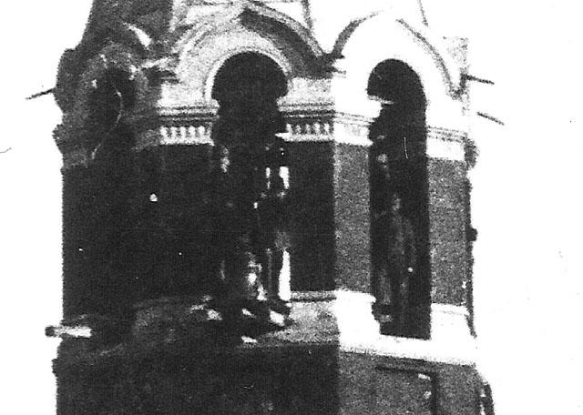 Końskie, cerkiew Ikony Matki Bożej Znamienie, fragment fotografii z okresu I wojny światowej (1917) - północna wieża cerkwi (widać postacie w mundurach, podest z belek i zdemontowany dzwon). Fotografię udostępnił Ryszard Cichoński.