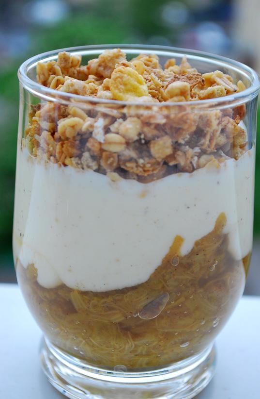 Deser rabarbarowo-jogurtowy z muesli