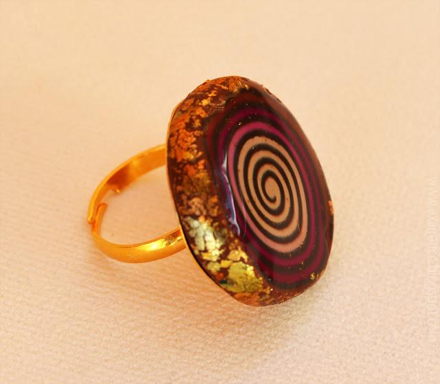 Χειροποίητο δαχτυλίδι με υγρό γυαλί, fimo σε καφέ απόχρωση με φύλλα χαλκού