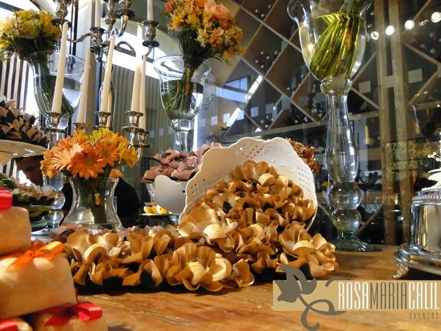 arranjos florais, velas, castiçal de prata, vaso porcelana