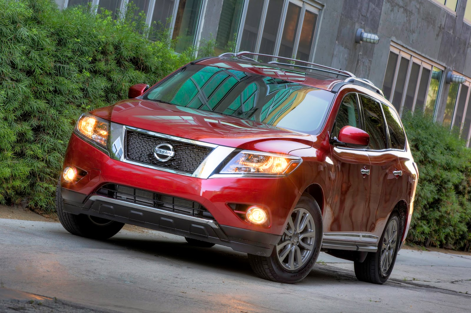 Front 3/4 view of 2014 Nissan Pathfinder