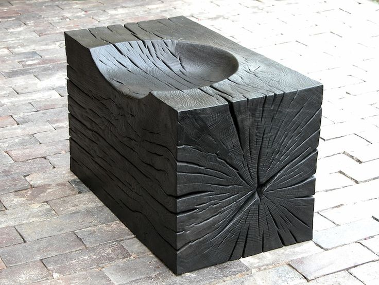 banquinho estilizado de madeira carbonizada