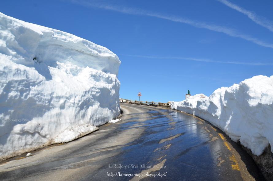 Montanhas de neve na serra mais alta de Portugal continental